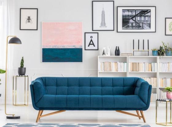 sofa na środku pomieszczenia