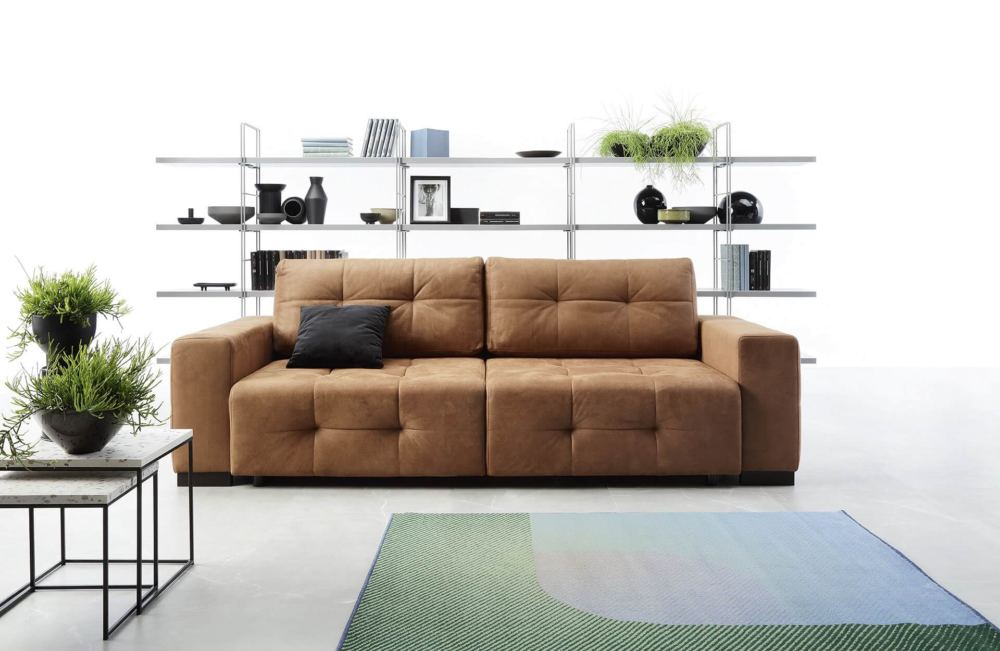 sofa z brązowym obiciem