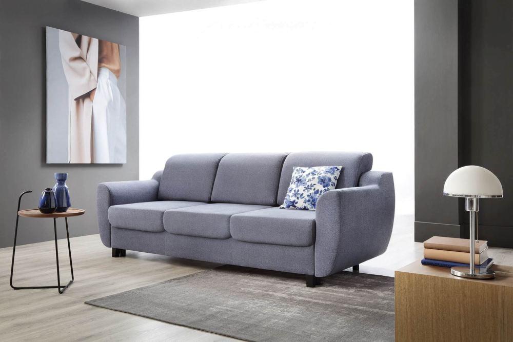 wnętrze z szara sofą rozkładana utrzymane w monochromatycznych barwach