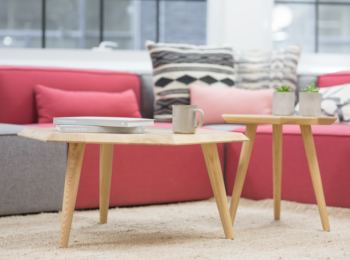 różowa sofa w rodzinnym salonie