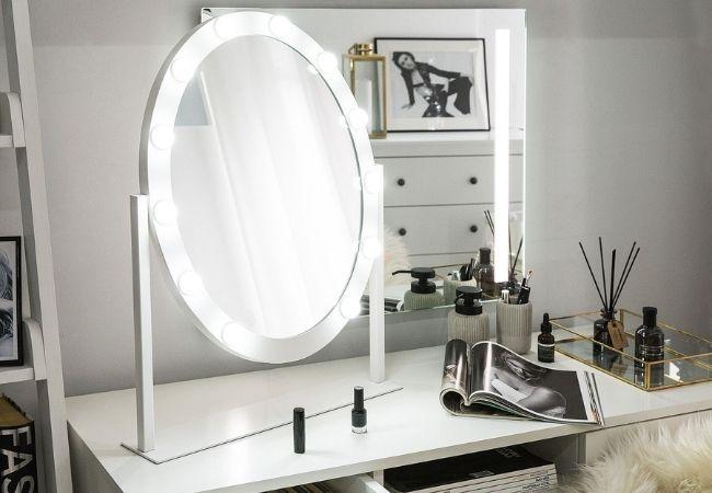 makijaż przy toaletce